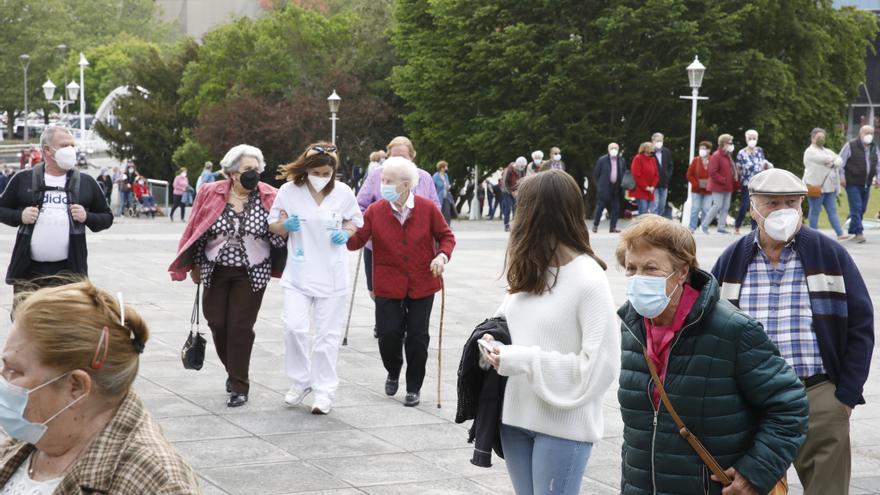 Largas colas para vacunarse en el Palacio de los Deportes de Gijón