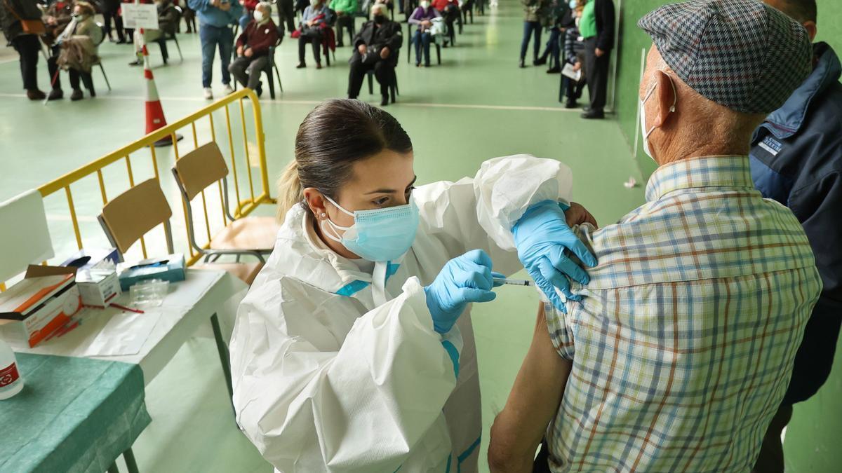Un hombre recibe la vacuna en Ciudad Rodrigo (Salamanca).