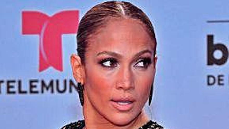 Más de 200 famosos piden que cesen los ataques a hispanos