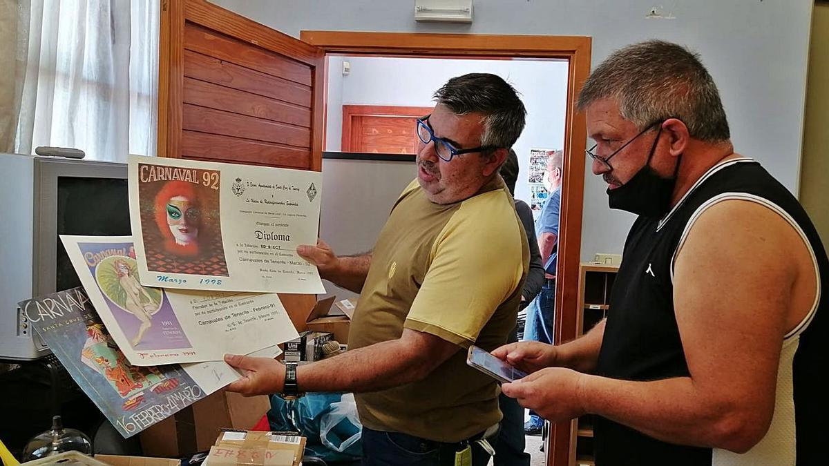 Rodolfo León muestra a José Manuel Barreiro reconocimientos por divulgar el Carnaval desde la radio.