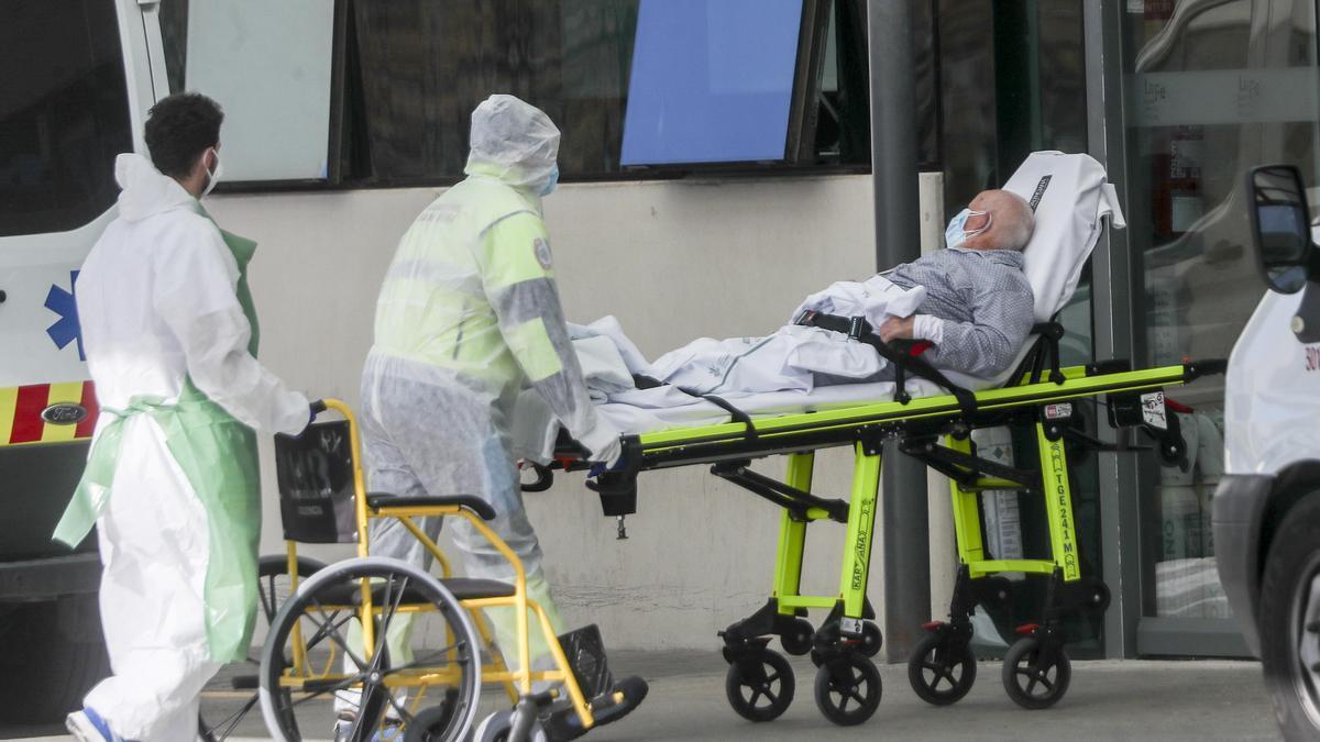 Sanitarios trasladan a un paciente de coronavirus.