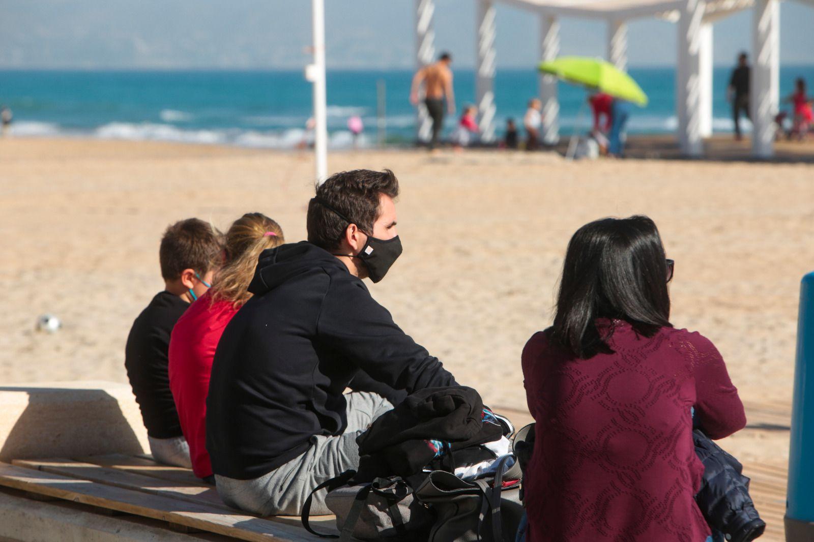 Ambiente primaveral en la playa de San Juan el primer sábado de febrero