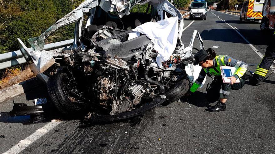 Un muerto en la colisión frontal de una furgoneta y un camión en Cea