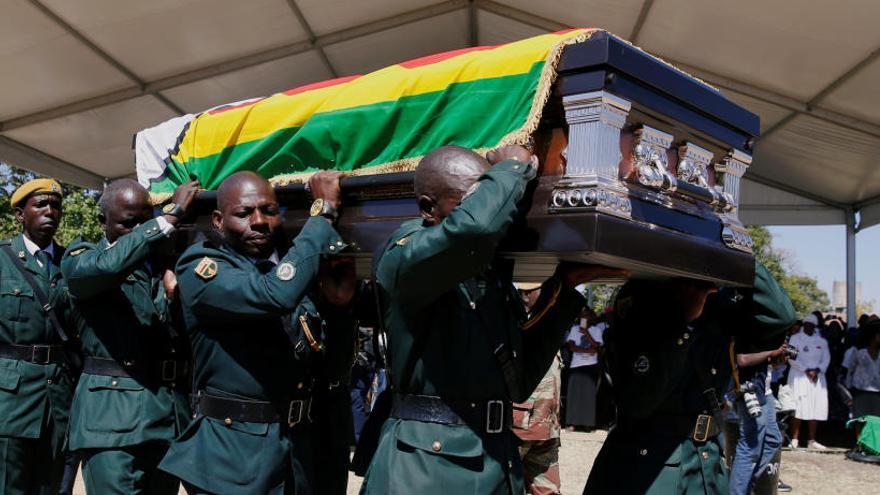 El cuerpo de Mugabe es enterrado en su aldea natal en Zimbabue