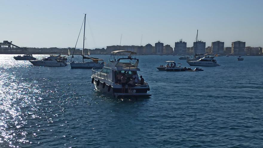 Docenas de barcos se saltan la prohibición de fondear en la bahía
