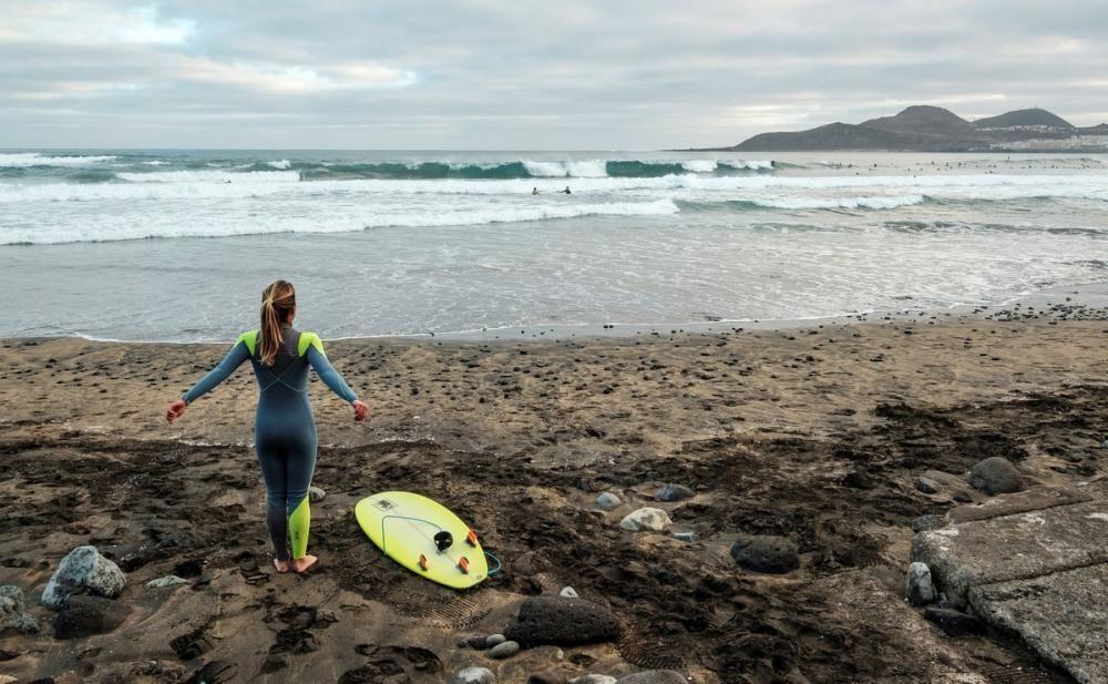 Decenas de surfistas acuden a la playa de Las ...
