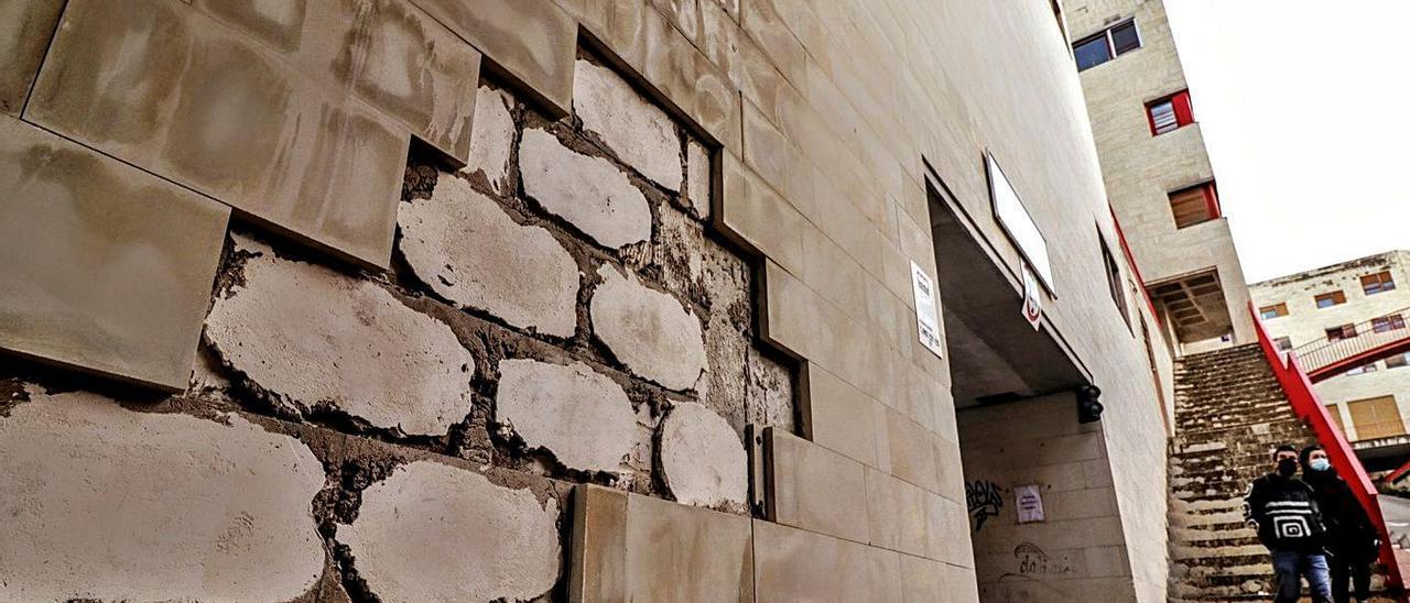 Las fachadas presentan problemas de construcción que suponen un riesgo para los viandantes.  