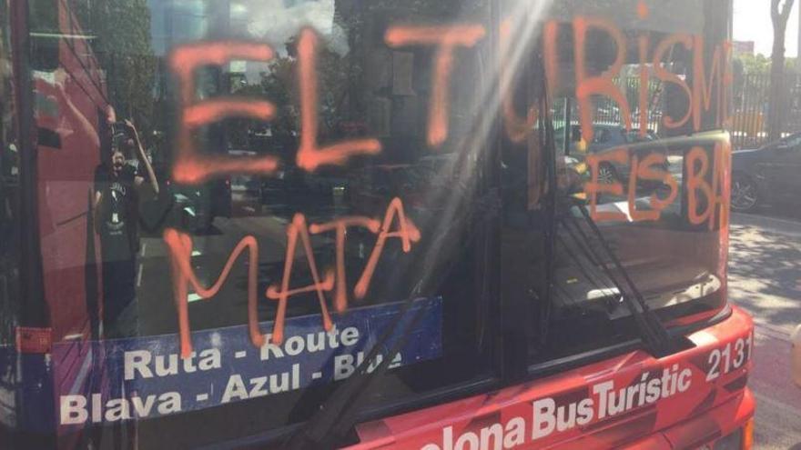 Uns vàndals ataquen en ple trajecte un Bus Turístic de Barcelona