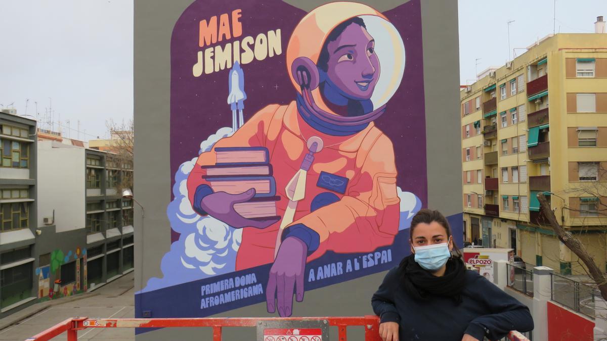 La ilustradora valenciana Galletamaria con el mural en el barrio de Torrefiel.