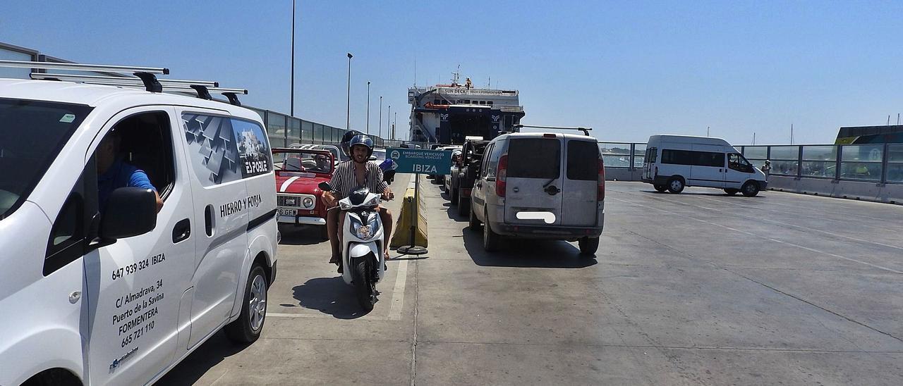 Imagen de archivo de los primeros vehículos que desembarcaron en Formentera el 1 de julio de 2019 con la aplicación de la regulación de entrada|