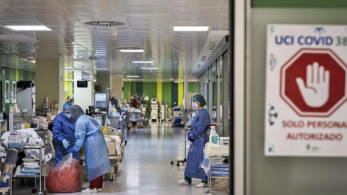UCI dedicada a enfermos  covid del Hospital General de València.  Germán Caballero