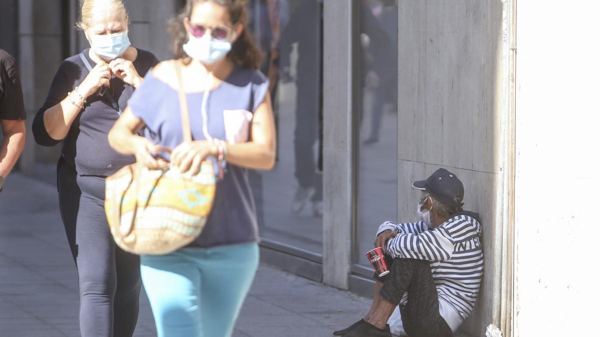 Un hombre pide dinero en una céntrica avenida de Alicante