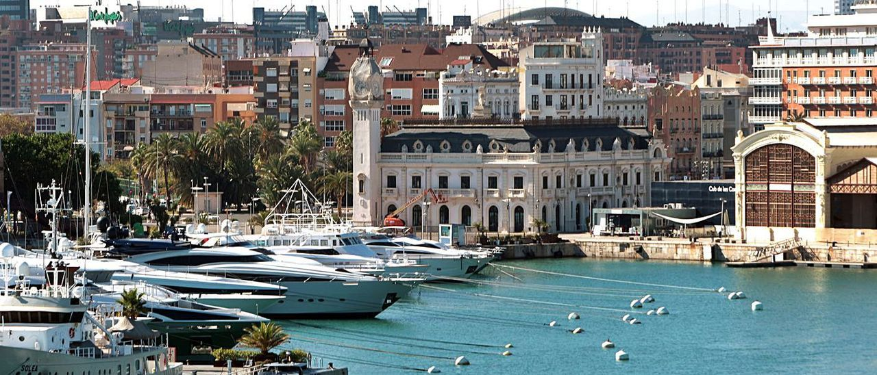 La Marina de València con la zona de amarres, el edificio del Reloj y el Tinglado 2. | MAO