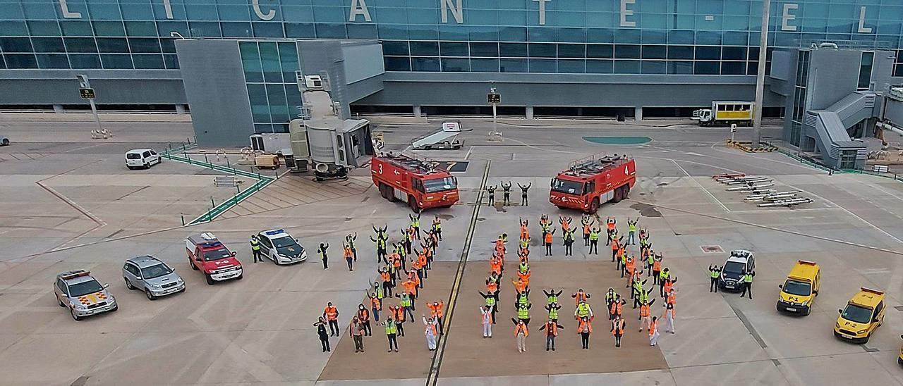 Trabajadores del aeropuerto y Fuerzas de Seguridad y bomberos, formando un «10» en el décimo aniversario de la nueva termInal. | INFORMACIÓN