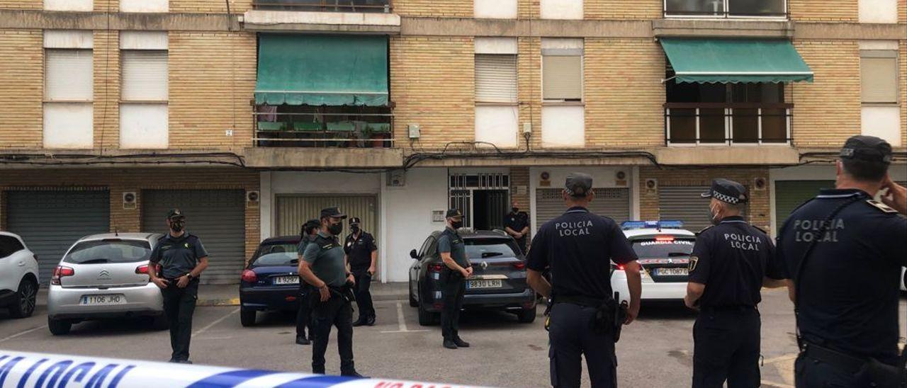 Agentes de la Guardia Civil y de la Policía Local de La Vila Joiosa frente al inmueble donde ha ocurrido el crimen machista.