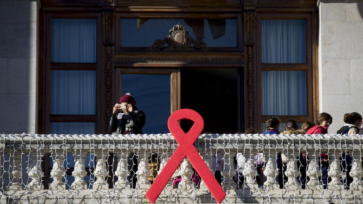 Lazo rojo, símbolo del sida, en el ayuntamiento de Valencia