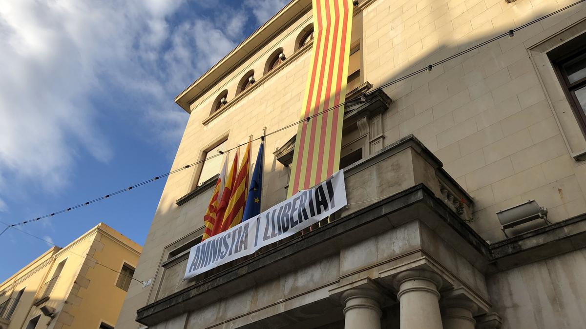 Pancarta amb la senyera a la façana de l'Ajuntament, durant la Diada