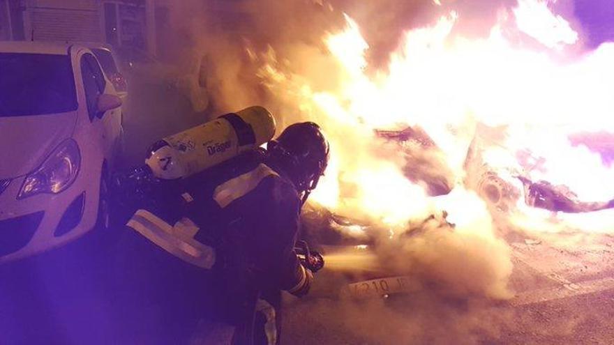 Arden tres coches en Lomo Blanco