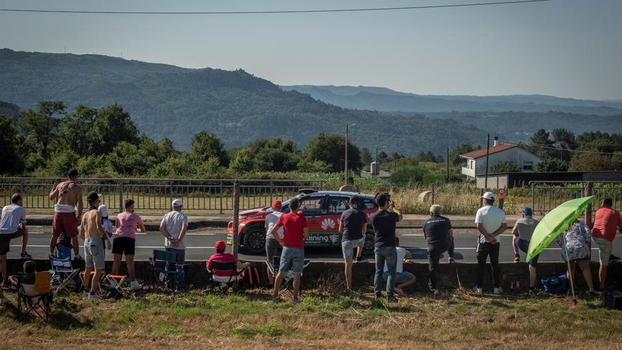 Trasladada en ambulancia una mujer tras ser atropellada en el Rally Rías Baixas