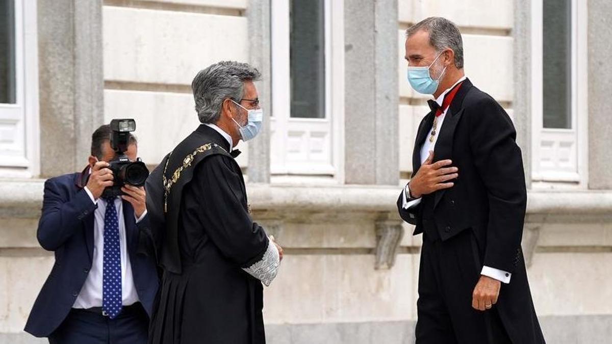 El Rey Felipe VI antes del acto de apertura del Año Judicial en el Tribunal Supremo, junto a Carlos Lesmes.