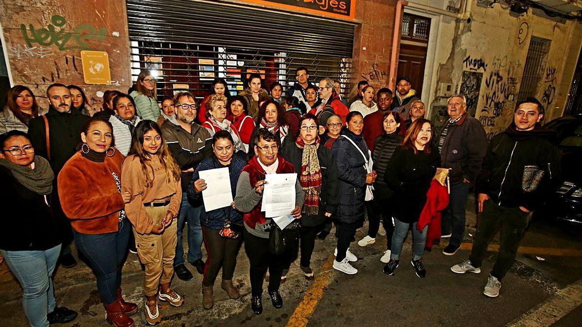 Afectados frente a la agencia de viajes de Alicante el día que cerró sus puertas.