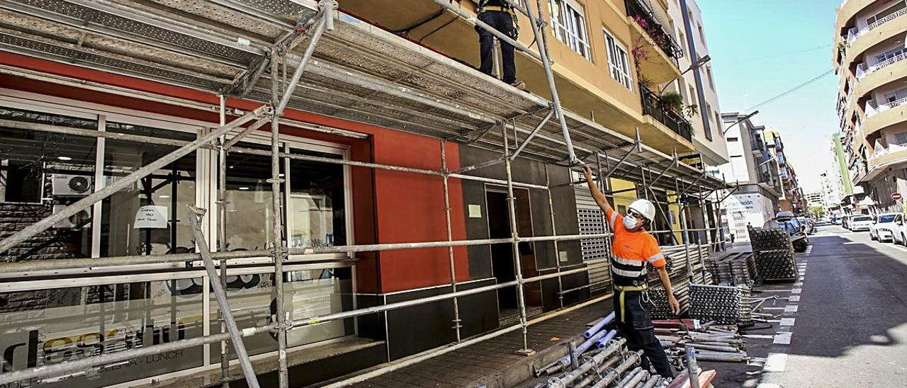 Trabajadores de la construcción, con mascarilla, en la fase de reactivación de las obras.
