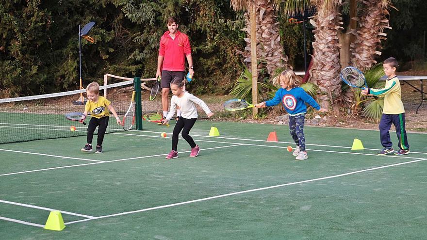 El projecte formatiu de tennis i el pàdel continuen a bon ritme a Santa Llogaia
