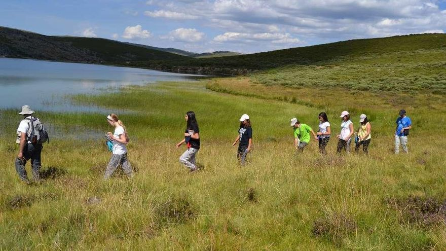 Los estudiantes recorren uno de los humedales de la sierra sanabresa.
