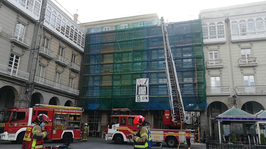 Los bomberos intervienen en un incendio en María Pita que afecta a un edificio histórico