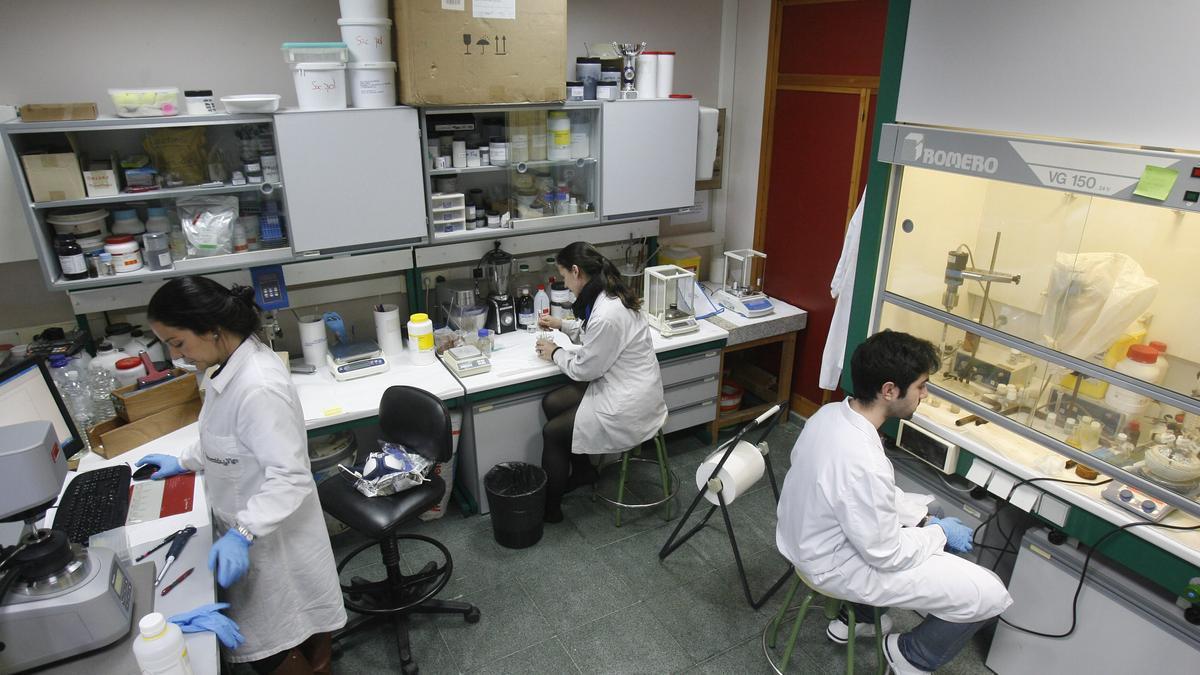 Investigadores en laboratorio.