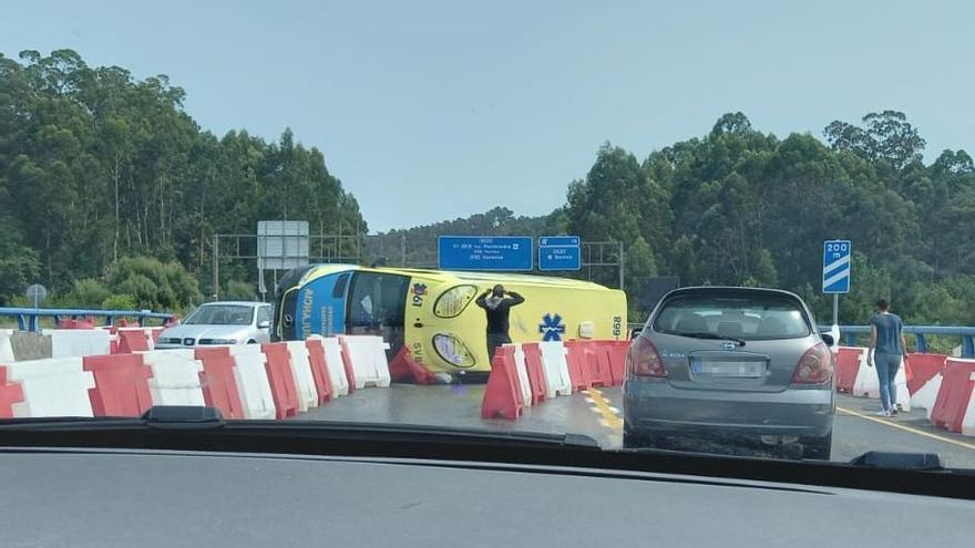 Nuevo accidente en el tramo en obras de la VG-20 al volcar una ambulancia