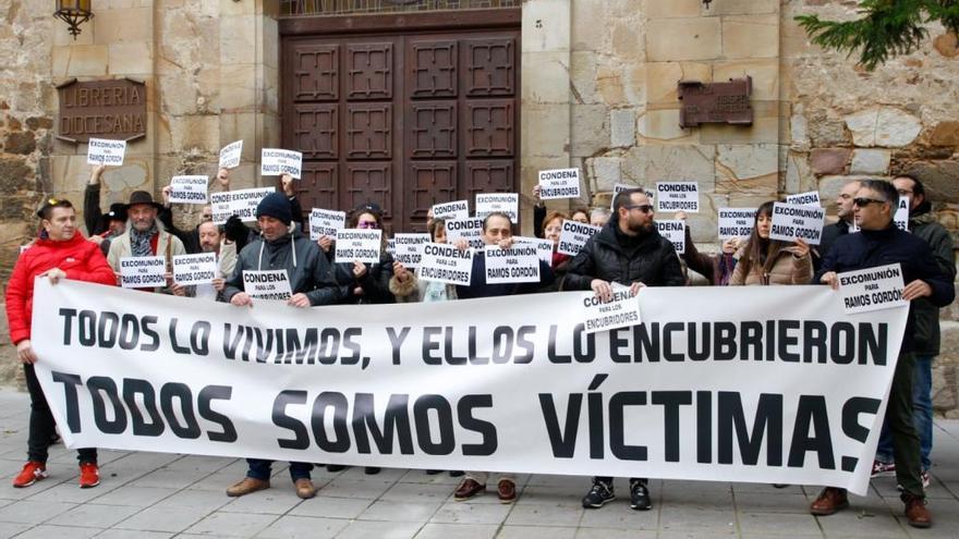 """Ex seminaristas piden """"excomunión para Ramos Gordón"""""""