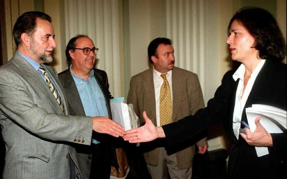 Loyola de Palacio (dcha.), saluda a Julio Anguita (izda.), momentos antes de comenzar la reuni—n de la mesa del aceite esta tarde en Madrid.