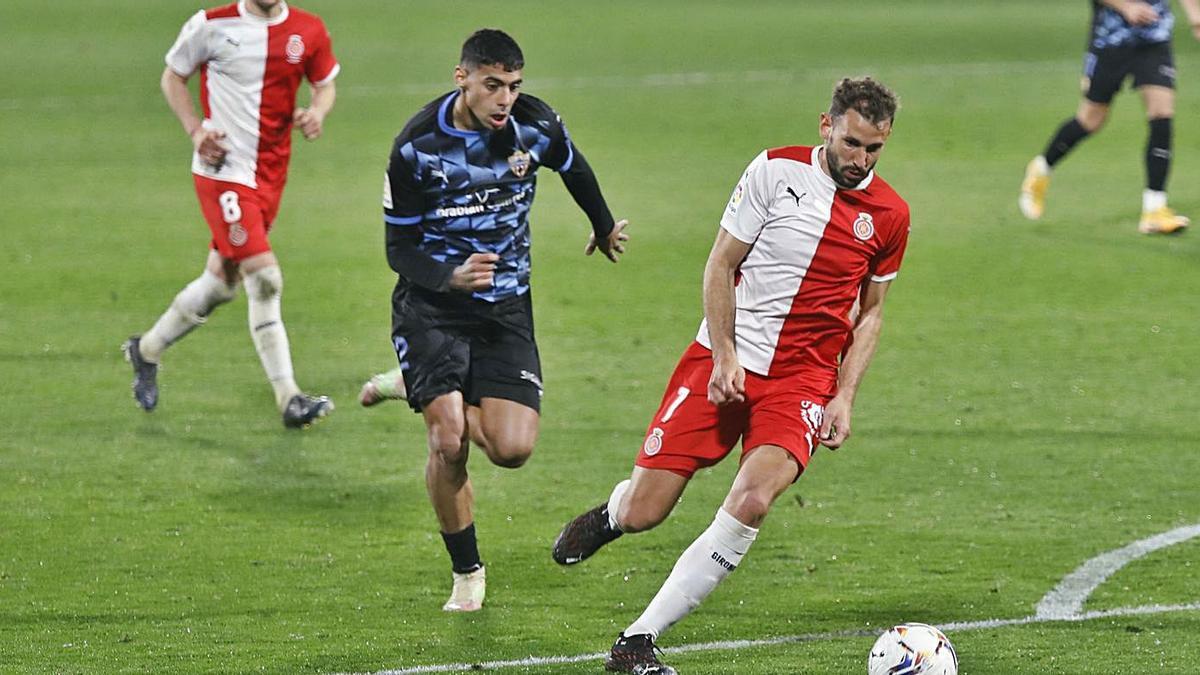 Stuani és perseguit per Samú Costa, en un partit contra l'Almeria a Montilivi.  | ANIOL RESCLOSA