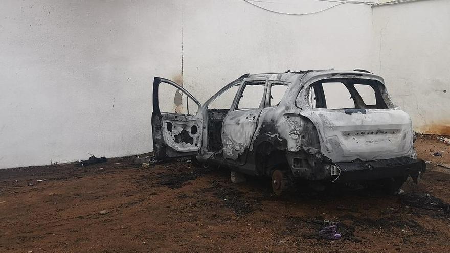 Arden dos coches aparcados en un solar del Campo de la Verdad
