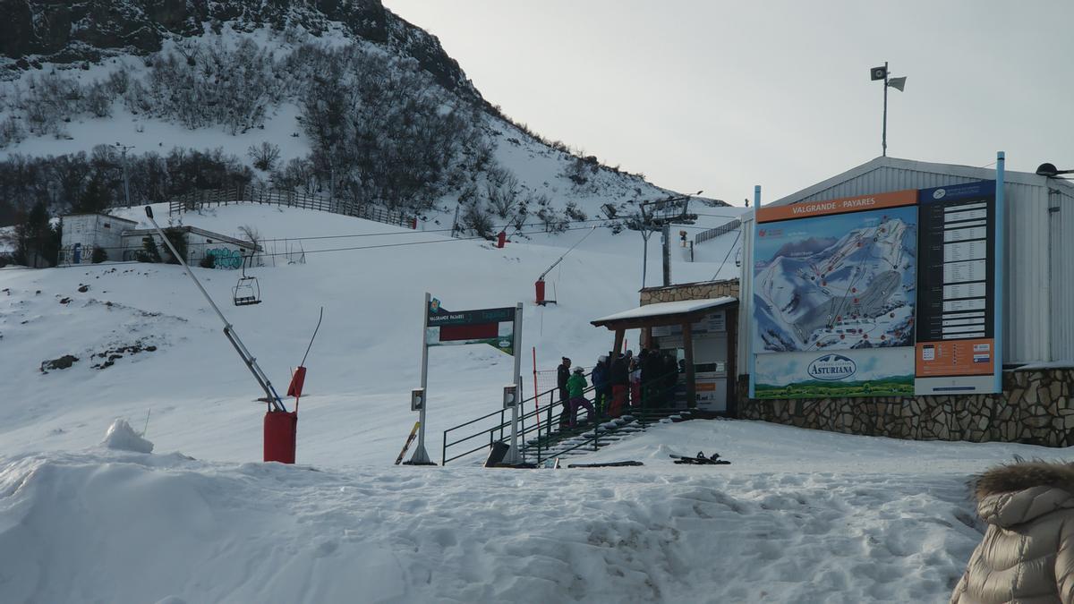 Esquiadores esperan cola en las taquillas de Pajares el pasado invierno.