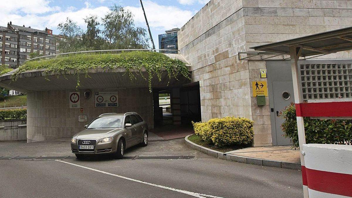 Un turismo sale del parking de rotación de la plaza de Castilla.