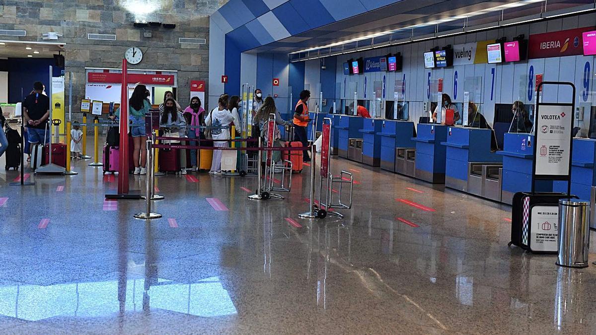 Pasajeros en facturación en el aeropuerto de Alvedro. |   // VÍCTOR ECHAVE