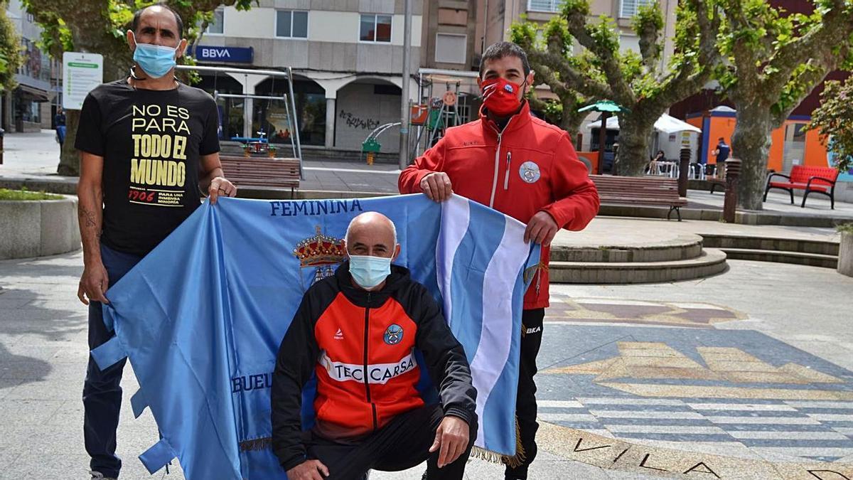 Ricardo Verde, Javier Pazos y Alberto Chapela con una de las banderas de la regata. |  // FDV