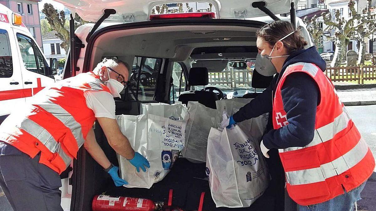 Efectivos de Cruz Roja preparan un reparto durante el confinamiento.