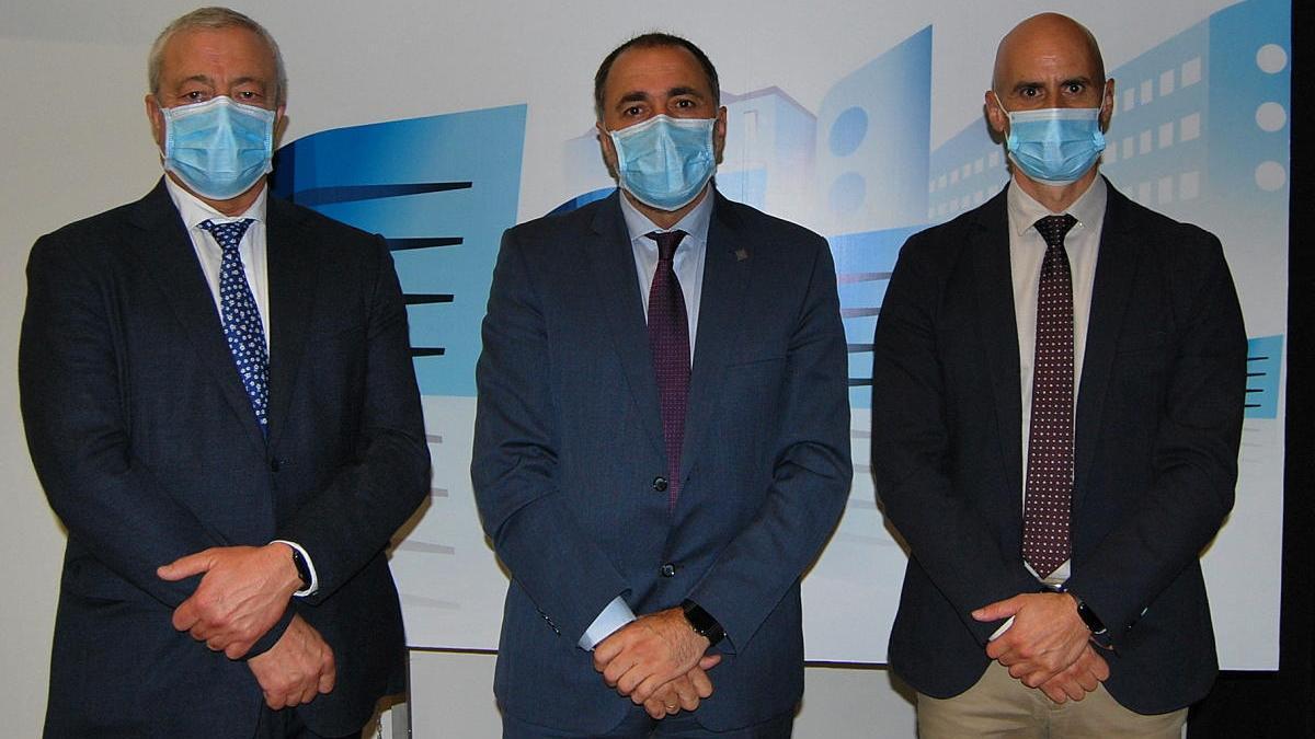 El conselleiro de Sanidad acompañado por el nuevo gerente del área sanitaria de Vigo, Javier Puente, y por el gerente del Sergas, José Flores, hoy en el Hospital Álvaro Cunqueiro