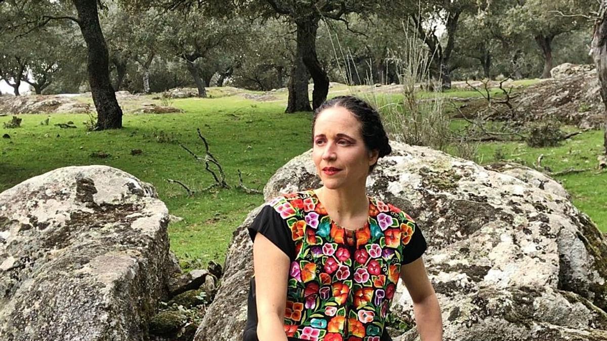 Dos momentos de la grabación de la obra sobre Frida Kalho en un paraje de Sayago, representada por Bárbara Végmed, y debajo Efrén Olson-Sánchez, quien interactúa en la obra desde Nueva York. | José Luis Dolnaldson