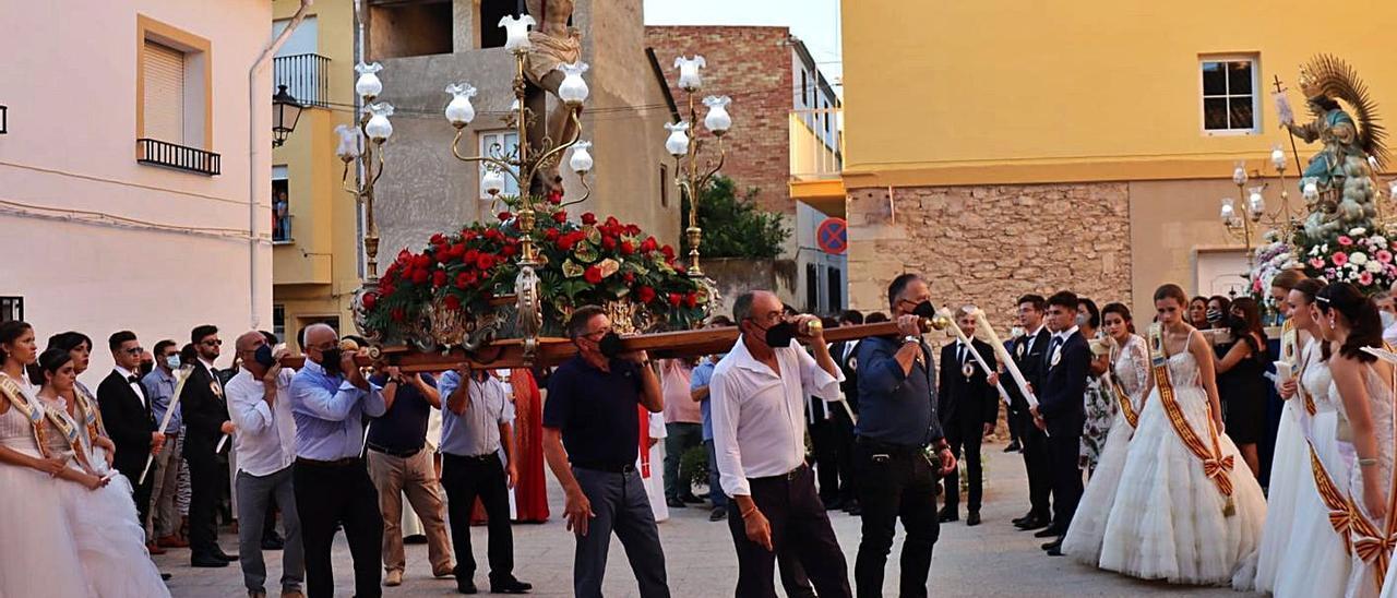 Traslado de la imagen del Cristo durante las fiestas de Benigànim, la semana pasada | LEVANTE-EMV
