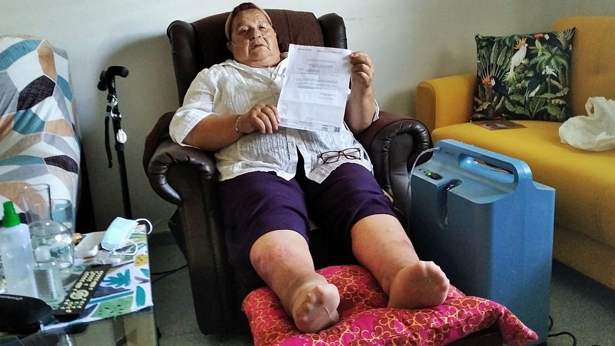 Doña Ana Reyes, con el certificado de discapacidad, en su casa de Soliva hace unos días. | A.V.