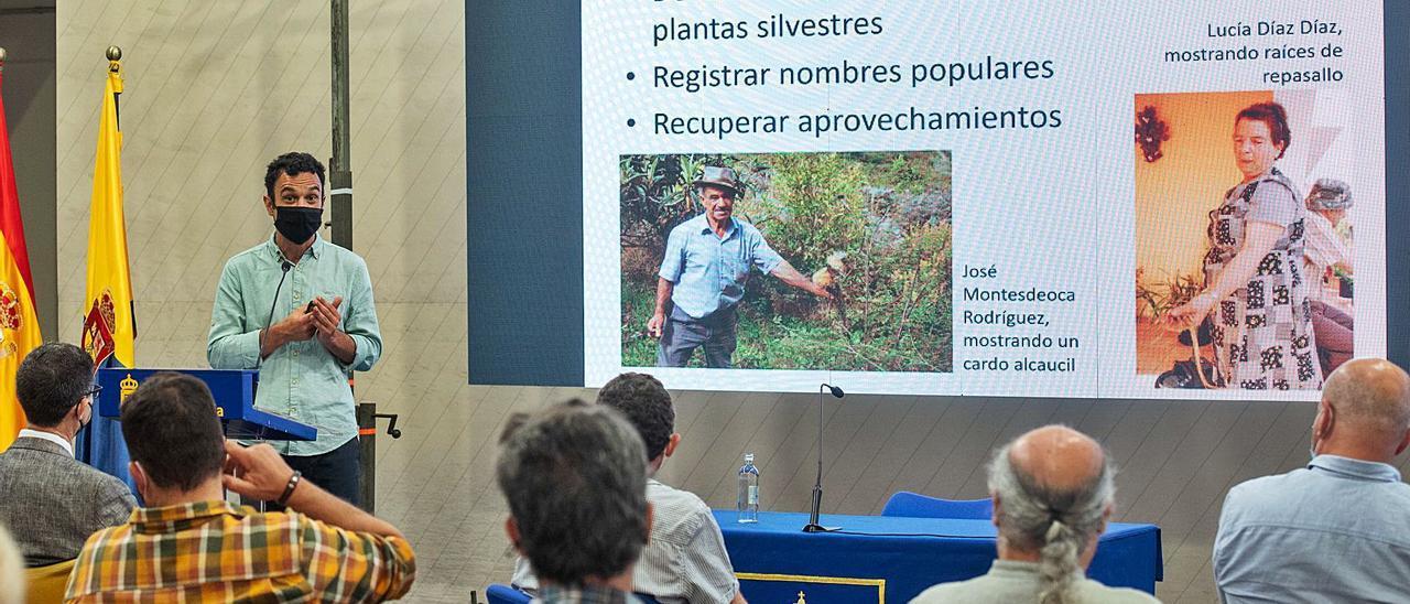 Jacob Morales Mateos, ayer durante la presentación de sus investigaciones en el Patio del Cabildo. | | LP/DLP
