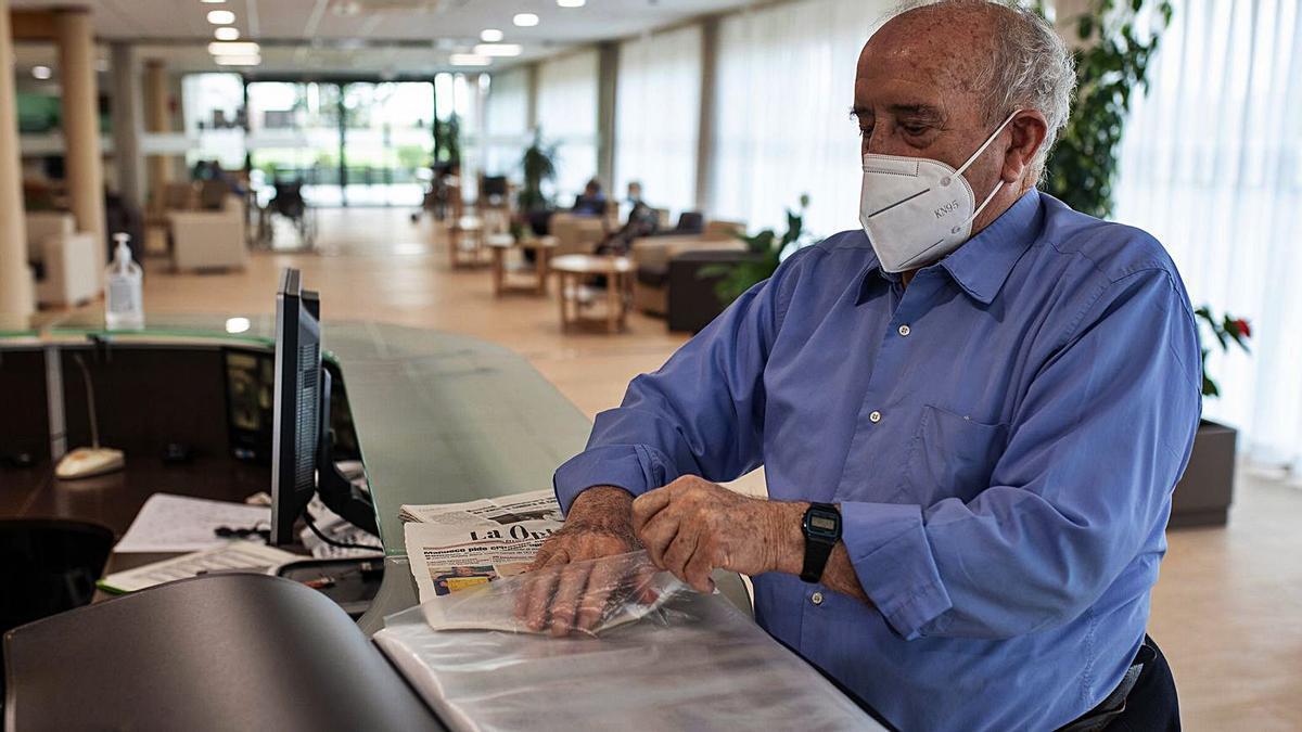 Pepe, usuario de una residencia, distribuye las hojas de LA OPINIÓN en un archivador para su lectura.   Emilio Fraile