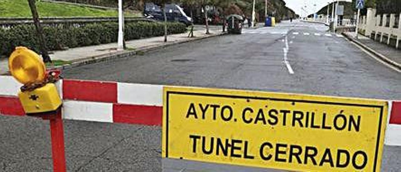 El acceso cerrado al túnel de Arnao, ayer.