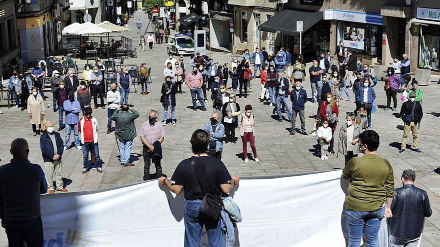 Un centenar de personas toma la Praza da Igrexa para pedir consulta presencial