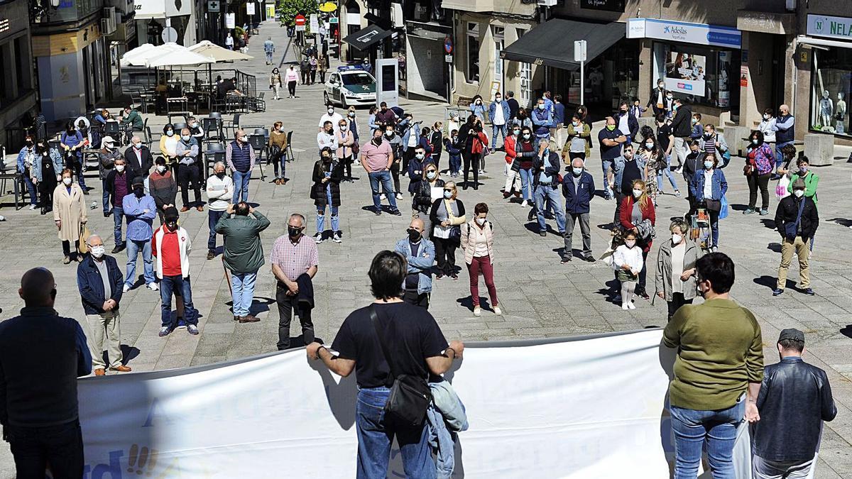 La protesta tuvo lugar ayer  al mediodía en la Praza da  Igrexa.     // BERNABÉ/JAVIER LALÍN