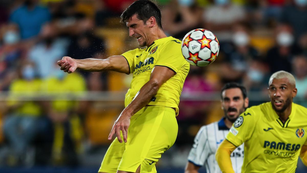 Gerard Moreno tuvo la última del partido con el cabezazo de la imagen
